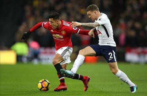 Sanchez di bong truoc Trippier cua Tottenham