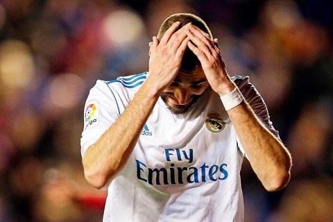 Real ban tien dao Karim Benzema cho MU hinh anh