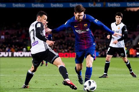 Tien ve Ivan Rakitic het loi khen ngoi tien dao Lionel Messi hinh anh