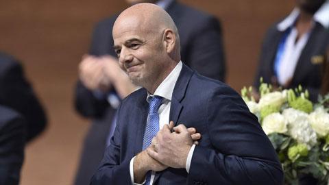 Chu tich FIFA Gianni Infantino se dap may bay toi Ha Noi.