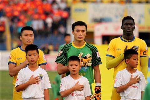 Tien Dung bat chinh o AFC Cup Coi chung cam bay sau anh hao quang hinh anh 2