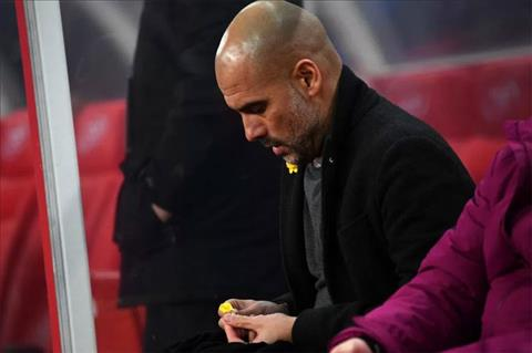 Ly do HLV Guardiola deo vat la mau vang tren ao hinh anh