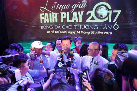 Van Toan co hanh dong dep trong le trao giai Fair Play 2017 hinh anh