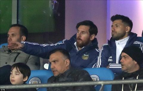 Tran nay, Messi va Aguero chi ngoi tren bang ghe du bi, khong duoc thi dau mot phut nao