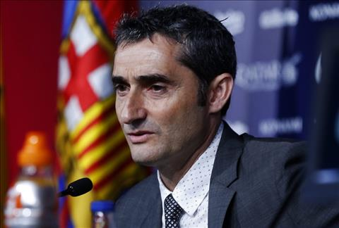 Ernesto Valverde cua Barca keo cac cau thu ra khoi van de chinh tri tai Catalonia hoi cuoi nam ngoai de tap trung cho bong da.