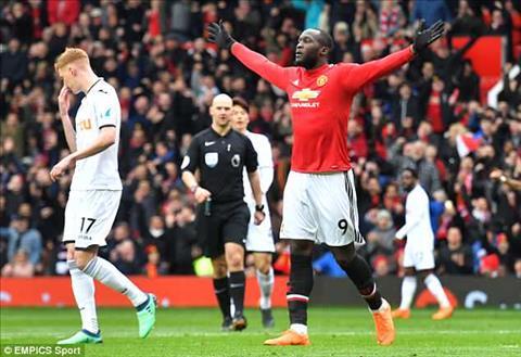 Romelu Lukaku ghi ban thu 100 tai Premier League trong tran MU vs Swansea.