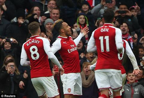 Cu dup cua Aubameyang va pha lap cong cua Lacazette giup Arsenal danh bai Stoke 3-0