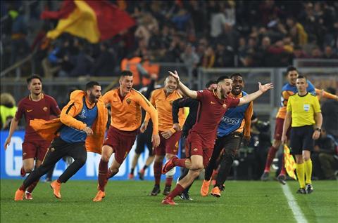 Manolas ghi ban quyet dinh cho Roma 3-0 Barca