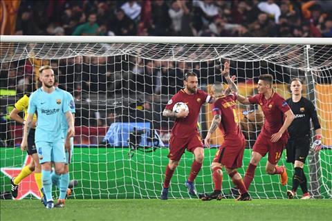 Diem nhan tran dau Roma vs Barca tu ket C1 luot ve hinh anh
