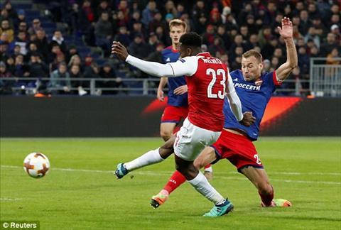 Danny Welbeck ghi ban giai cuu Arsenal.