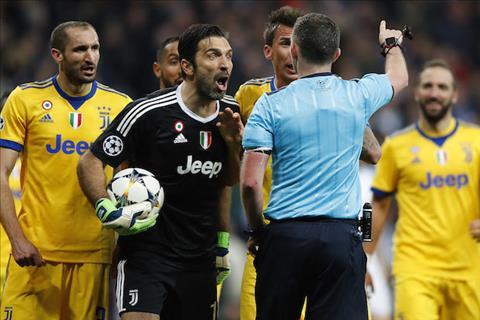 Chia tay Juventus, Buffon xin lỗi trọng tài Michael Oliver hình ảnh