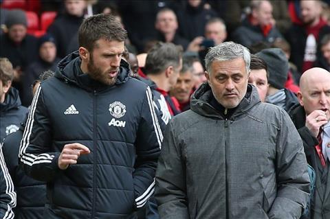 Carrick tien cu hai sao tre cho Mourinho hinh anh