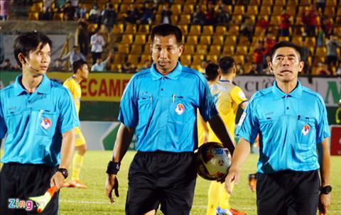 Trong tai Nguyen Minh Thuan tran Binh Duong vs Thanh Hoa bi che hinh anh