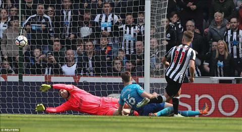 Wenger khong nuot noi tran thua nhuc Newcastle 2-1 Arsenal hinh anh