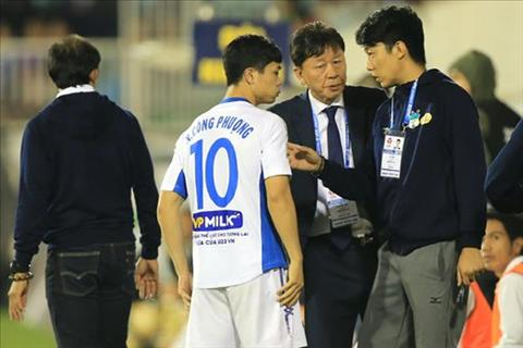 GDKT Chung Hae Soung trao doi voi Cong Phuong