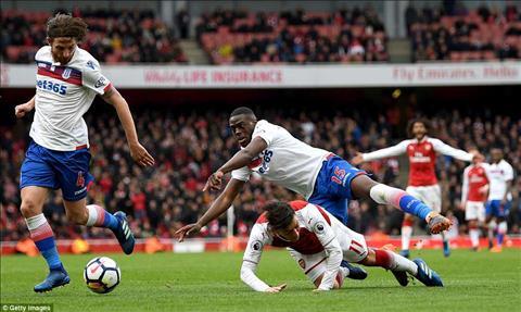 Sai lam cua trong tai tro thanh buoc ngoat giup Arsenal danh bai Stoke