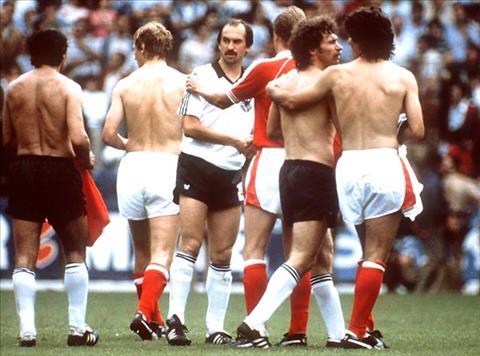 Sau tran Tay Duc vs Ao tai World Cup 1982, cau thu hai doi bi chi trich du doi.