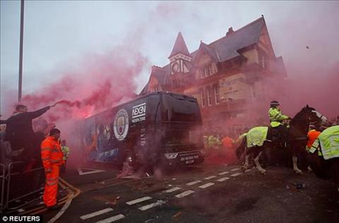 Xe bus cua Man City bi tan cong boi fan Liverpool hinh anh