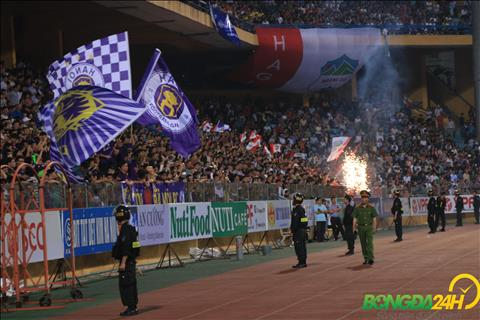 Khi Quang Hai ghi ban an dinh chien thang 5-0, cac CDV HAGL cung dot phao nhu chap nhan tran thua tam phuc khau phuc.