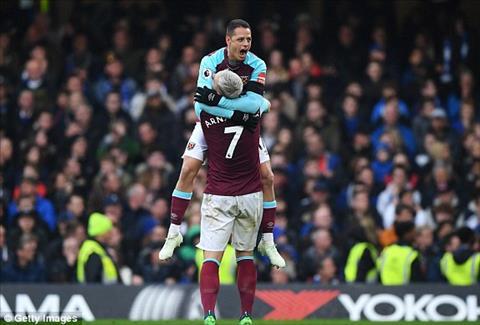 Chicharito ghi ban thang giup West Ham cam hoa Chelsea ngay tai Stamford Bridge.