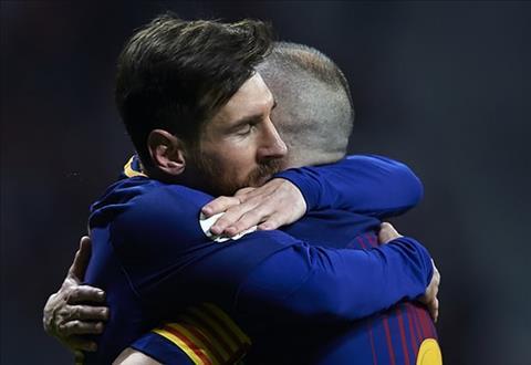 Messi om chat Andres Iniesta nhu muon niu giu nguoi dan anh o lai.