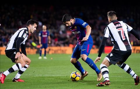 Barcelona vs Levante Suarez di bong