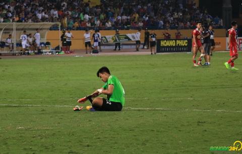 Thu thanh Van Tien buon ba ngoi duoi san mot minh sau khi HAGL bi loai khoi cup quoc gia 2018.