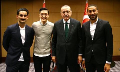Tuyển thủ Đức bị chỉ trích vì chụp ảnh với tổng thống Thổ Nhĩ Kỳ  hình ảnh