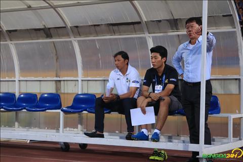 GDKT Chung Hae Soung cung HLV Duong Minh Ninh ban bac truoc khi tran dau dien ra.