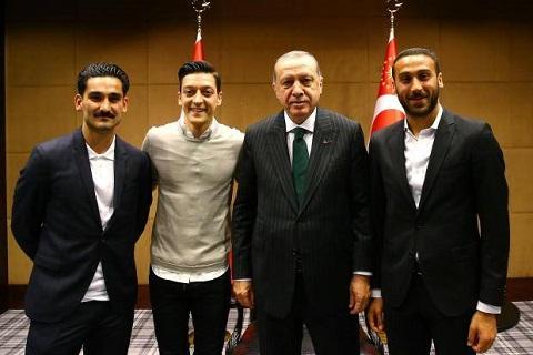 HLV Joachim Low bảo vệ Ozil và Gundogan sau hành vi dại dột hình ảnh