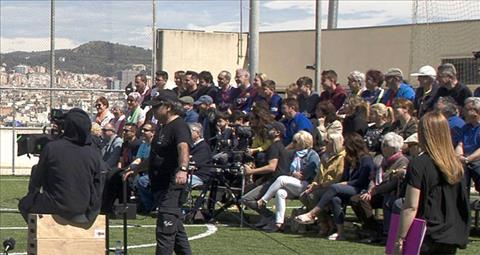 Tiền vệ Iniesta lao ra cứu khán giả gặp nạn vì khán đài sập hình ảnh