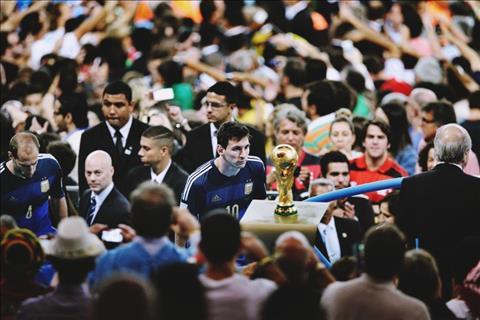 Khoảnh khắc World Cup 2014: Ánh mắt của Messi và chiếc Cup vàng chưa thể chạm tới