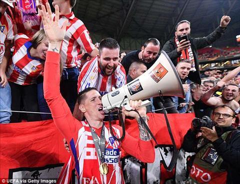 Fernando Torres ho het cung nguoi ham mo Atletico Madrid trong nhung ngay cuoi cung khoac len minh chiec ao soc do trang.