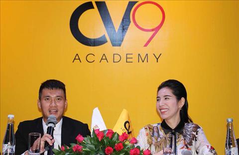 Cong Vinh va ba xa Thuy Tien trong buoi hop bao gioi thieu hoc vien bong da CV9.