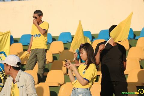 CĐV Quảng Ninh mở hội, fan Thanh Hóa liên tục bắn tim hình ảnh