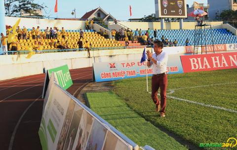 HLV Nguyen Duc Thang ra sat duong bien cam on CDV cua ca hai doi chiu nang den san co vu.