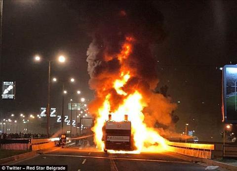 Xe buýt chở cầu thủ vô địch Serbia cháy rụi trong buổi lễ ăn mừng hình ảnh