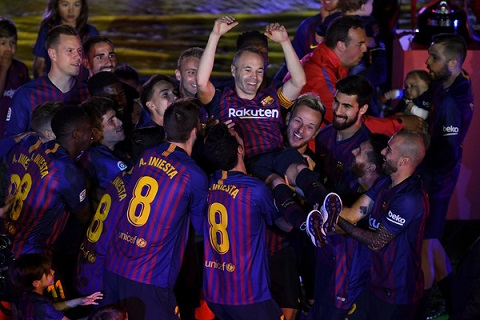 Những khoảnh khắc cuối cùng trong ngày Iniesta chia tay Barca ảnh 9