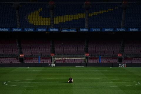 Khan gia da ra ve, nhung Iniesta con ngoi lai Camp Nou rat lau