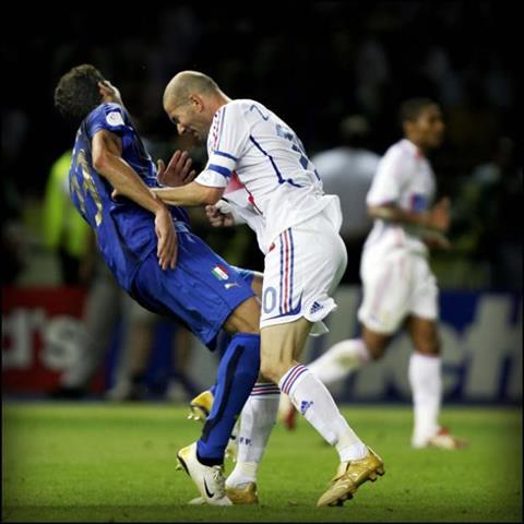 Cu huc dau cua Zidane tro thanh hinh anh bat tu cua vong chung ket World Cup 2006. Anh: Independent.