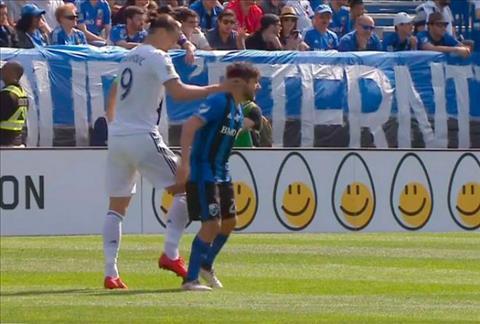 Clip tiền đạo Ibrahimovic nhận thẻ đỏ vì đánh nguội đối thủ hình ảnh