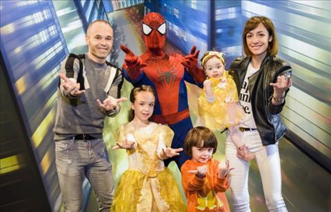 Gia đình Iniesta đi vui chơi ở Paris trước khi sang Nhật hình ảnh