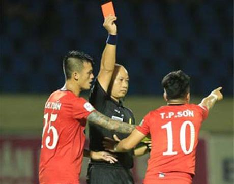 CLB TPHCM quyết kiện trọng tài vụ rút thẻ đỏ cho Phi Sơn hình ảnh