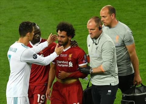 Ronaldo toi an ui Salah dang khoc nuc no sau khi gap chan thuong. Anh: Getty
