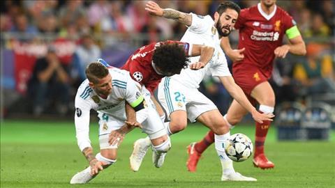 Mohamed Salah chan thuong sau pha va cham voi Sergio Ramos.