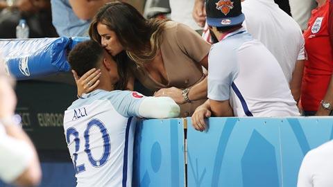 World Cup 2018: Đội tuyển Anh nóng chuyện... đàn bà con gái