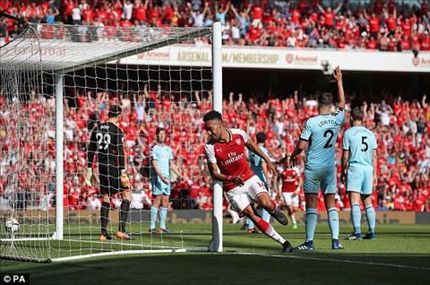 Aubameyang ghi ban mo ti so trong cuoc doi dau Arsenal vs Burnley.