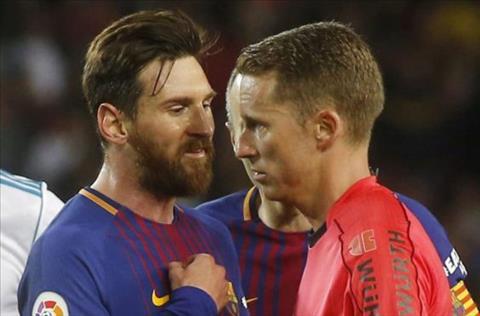 Messi va trong tai