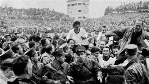 Doi truong Tay Duc Fritz Walter cung chiec cup vang Jules Rimet. Anh: Fifa.