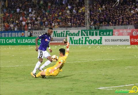 Hoang Vu Samson lua qua thu thanh Tuan Linh roi ghi ban an dinh chien thang 4-1.